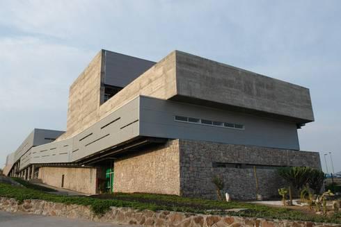 Centro Académico Cultural: Casas de estilo moderno por Elías Arquitectura