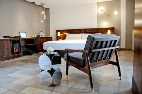 Flor de Mayo Hotel & Restaurant: Recámaras de estilo moderno por Elías Arquitectura