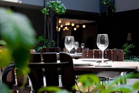 Flor de Mayo Hotel & Restaurant: Salas de estilo moderno por Elías Arquitectura