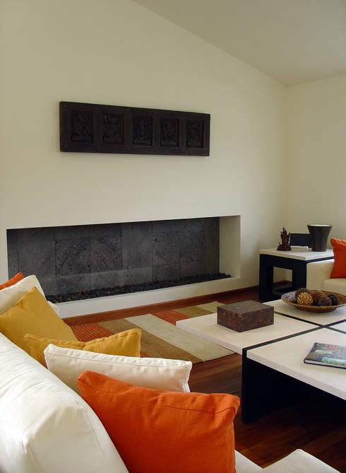 Sala: Salas de estilo ecléctico por H + M Arquitectos