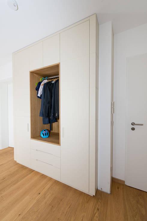 garderobenschrank mit offenem mittelteil von schrankidee peter dany gmbh homify. Black Bedroom Furniture Sets. Home Design Ideas