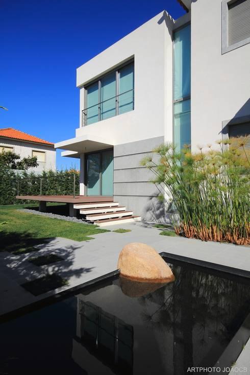 Remodelaçãoe ampiação de moradia: Casas modernas por Castello-Branco Arquitectos, Lda