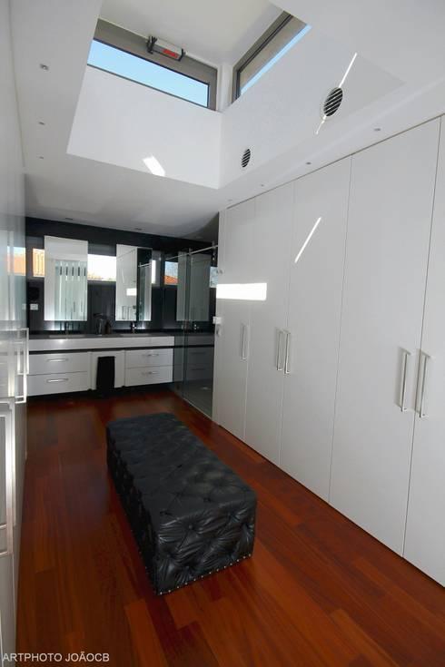 Remodelaçãoe ampiação de moradia: Closets modernos por Castello-Branco Arquitectos, Lda
