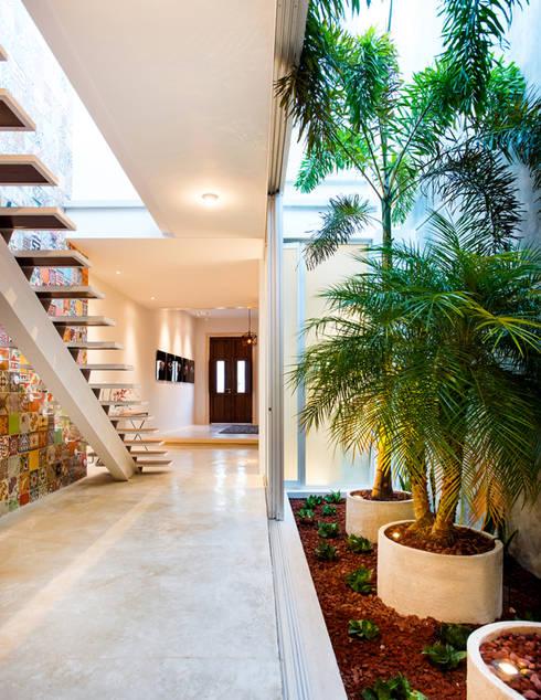 Jardín Interior - B+H45: Pasillos y recibidores de estilo  por HPONCE ARQUITECTOS