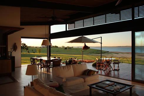 PROJETO CASA DA REPRESA: Salas de estar campestres por Ambienta Arquitetura