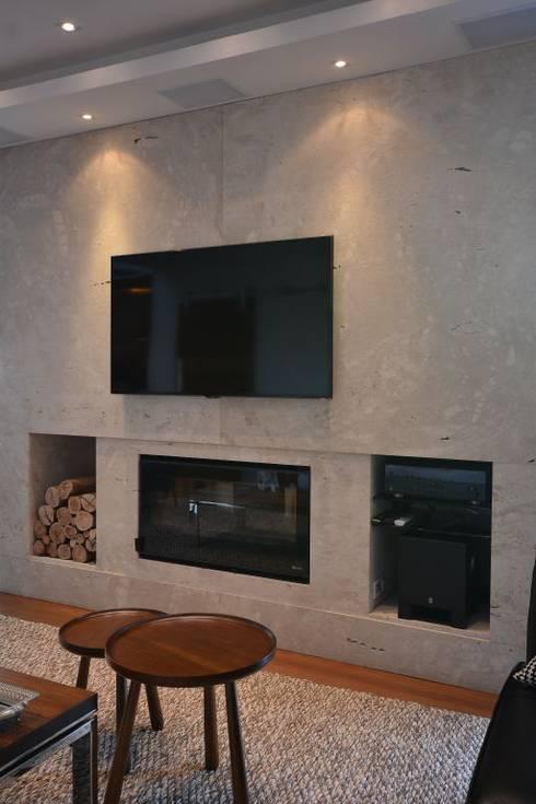Travertino Romano nas paredes: Salas de estar modernas por ARQ Ana Lore Burliga Miranda