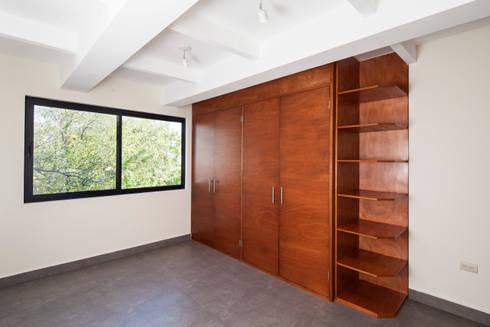 Las Palomas: Vestidores y closets de estilo moderno por NODO Arquitectura