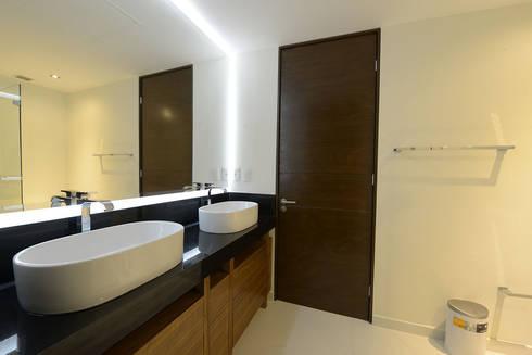 Lavabos en contraste: Baños de estilo  por ESTUDIO TANGUMA