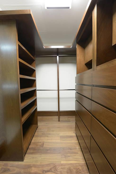 Vestidor principal: Vestidores y closets de estilo moderno por ESTUDIO TANGUMA
