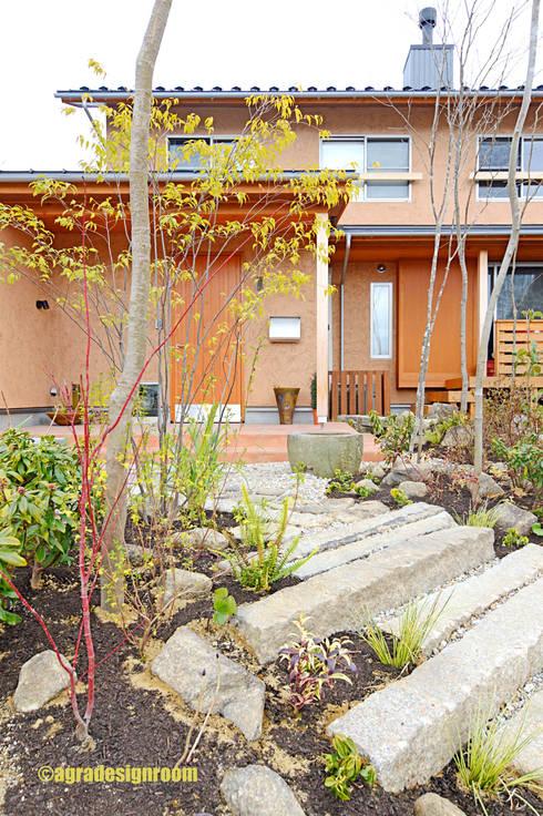 古材で庭: アグラ設計室一級建築士事務所 agra design roomが手掛けた庭です。