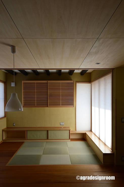 畳敷きのリビング: アグラ設計室一級建築士事務所 agra design roomが手掛けたリビングルームです。