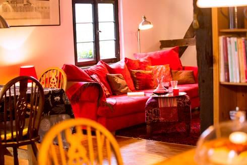 gemütliches Sofa: landhausstil Wohnzimmer von Immotionelles
