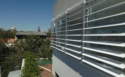Brises: Casas modernas por Vitor Dias Arquitetura