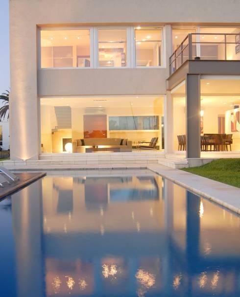 Living desde la piscina: Casas de estilo minimalista por Ramirez Arquitectura