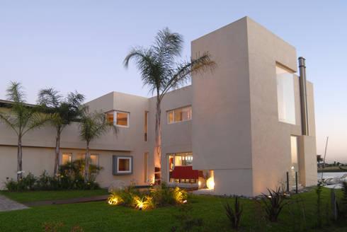 Frente lateral.: Casas de estilo minimalista por Ramirez Arquitectura
