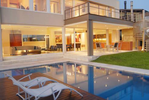 Reflejo de luces en la piscina: Casas de estilo minimalista por Ramirez Arquitectura