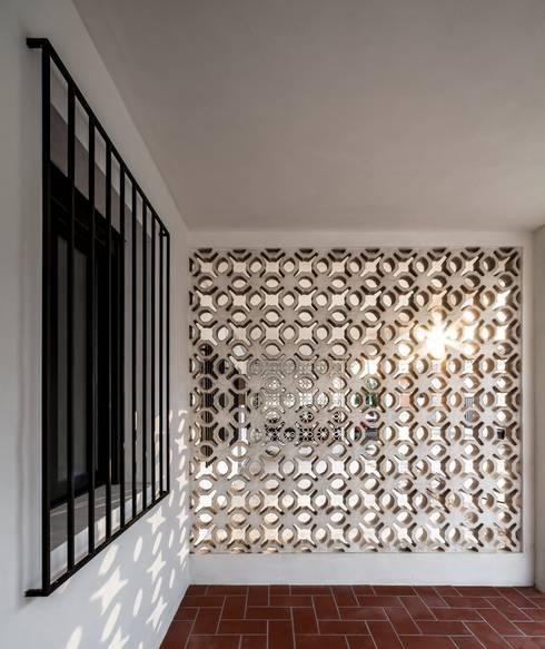 Salas / recibidores de estilo  por Selecta HOME