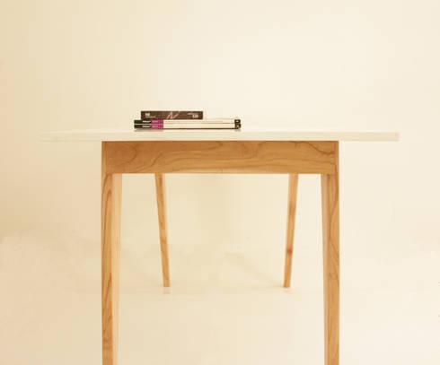 Mesa It: Estudio de estilo  por Debute Muebles