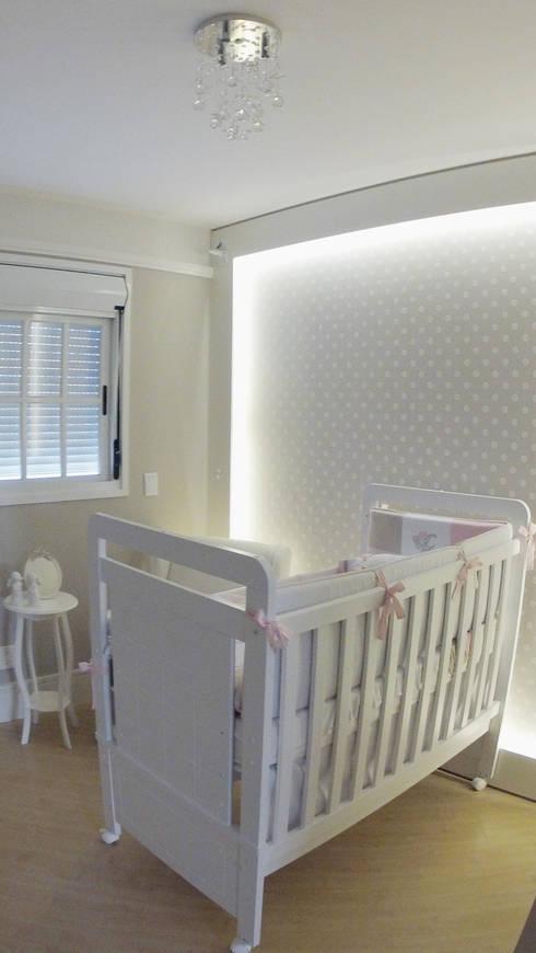 Quarto de Bebê para Maria Eduarda: Quarto infantil  por Suelen Kuss Arquitetura e Interiores