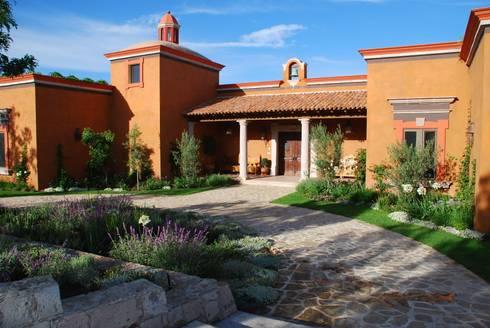 Entrada Principal: Casas de estilo clásico por Terra