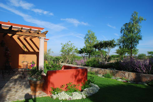 Jardin Lateral: Jardines de estilo clásico por Terra