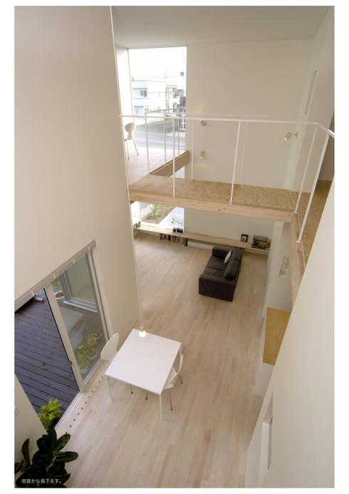 桂木の家: フクシアンドフクシ建築事務所が手掛けたリビングです。