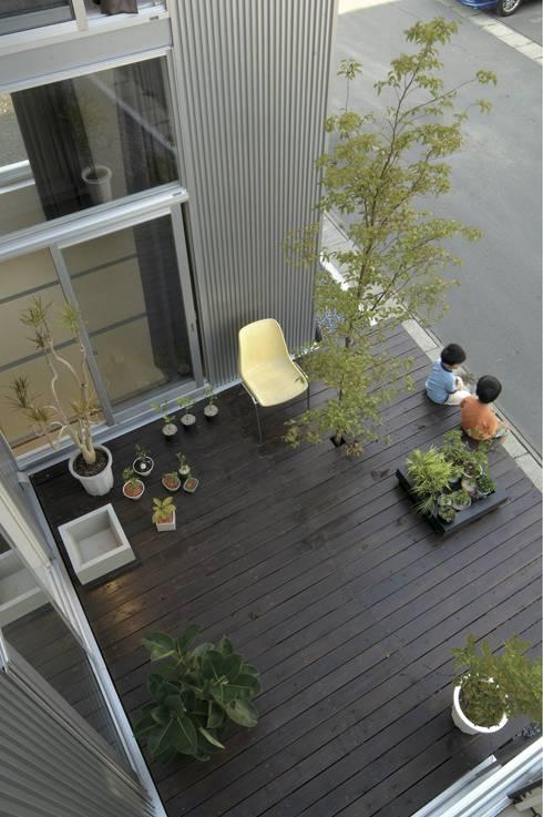 桂木の家: フクシアンドフクシ建築事務所が手掛けたテラス・ベランダです。