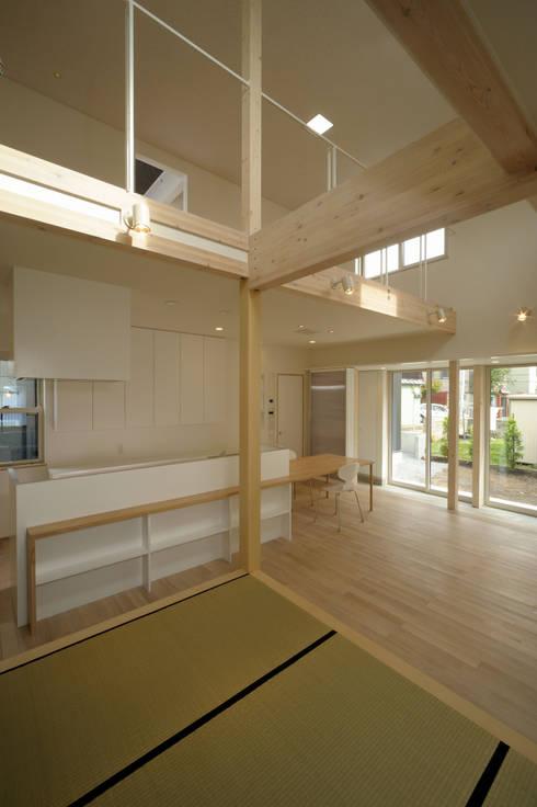 Living room by フクシアンドフクシ建築事務所