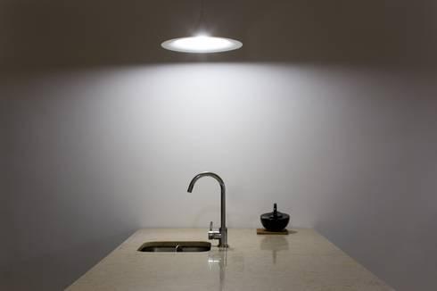 Apartamento na Sé: Cozinhas clássicas por Ricardo Carvalho + Joana Vilhena Arquitectos