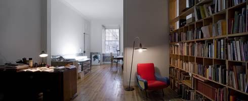 Apartamento na Sé: Salas de estar clássicas por Ricardo Carvalho + Joana Vilhena Arquitectos
