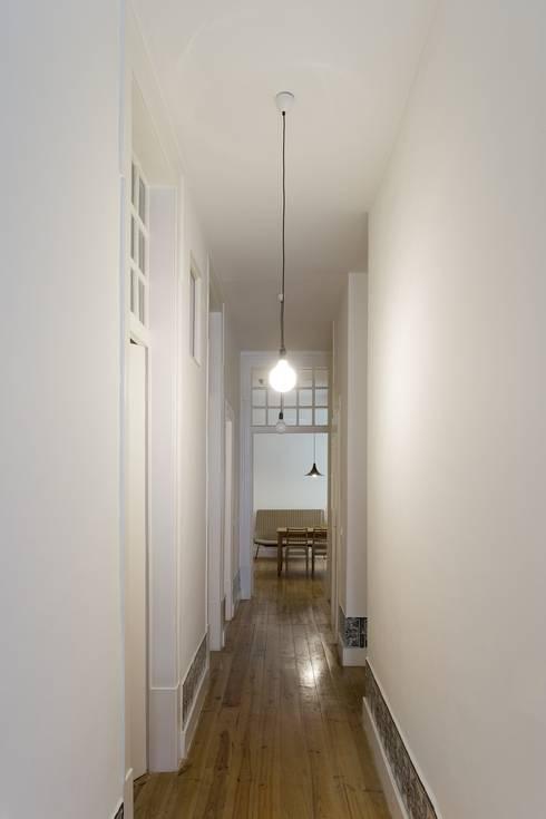 Apartamento na Sé: Corredores e halls de entrada  por Ricardo Carvalho + Joana Vilhena Arquitectos