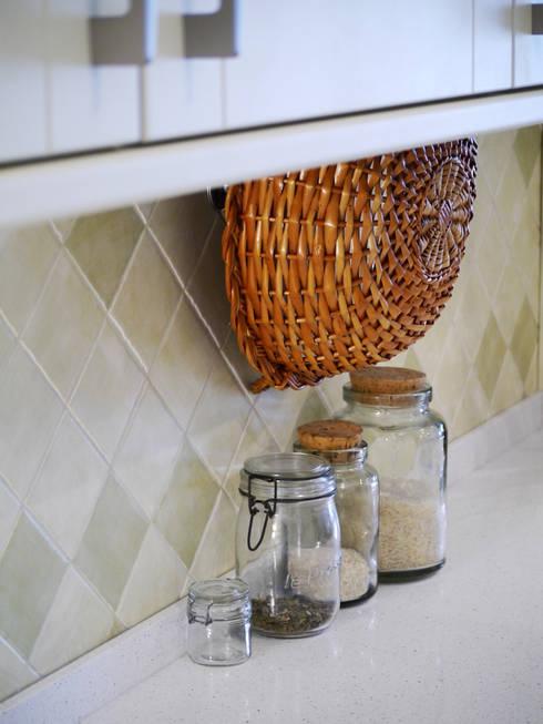 Detalhes e cores.: Cozinhas campestres por PreConceito
