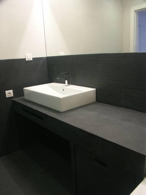 IS: Casas de banho modernas por LUGAR VIVO, ARQUITECTURA, LDA