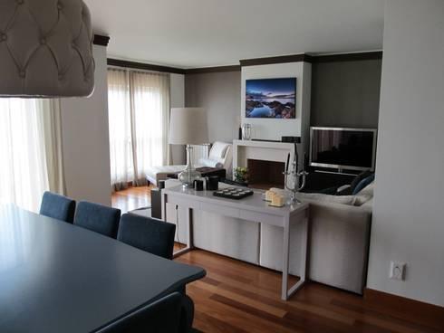 ESPAÇO COMUM: Salas de estar modernas por MARIA ILHARCO DE MOURA ARQUITETURA DE INTERIORES E DECORAÇÃO