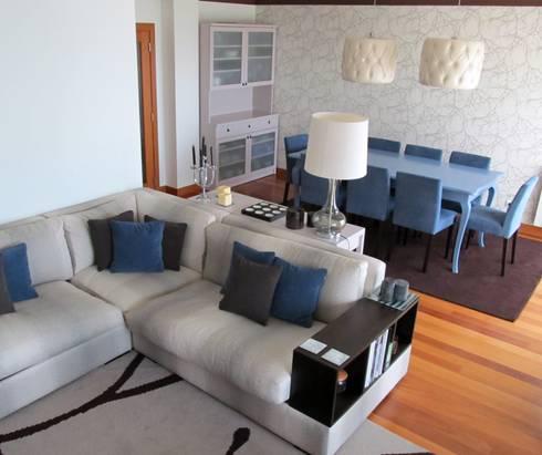 SALA: Salas de estar modernas por MARIA ILHARCO DE MOURA ARQUITETURA DE INTERIORES E DECORAÇÃO