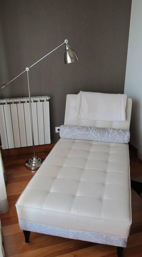 CHAISE LONG: Salas de estar modernas por MARIA ILHARCO DE MOURA ARQUITETURA DE INTERIORES E DECORAÇÃO