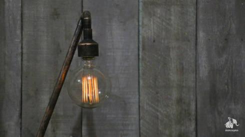 Detalle: Foco lampara.: Hogar de estilo  por Mancuspias