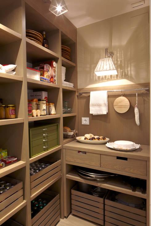 Interior de la despensa: Cocinas de estilo ecléctico de DEULONDER arquitectura domestica