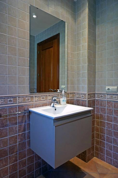 Detalle de baño planta baja.: Baños de estilo  de Construccions Cristinenques, S.L.