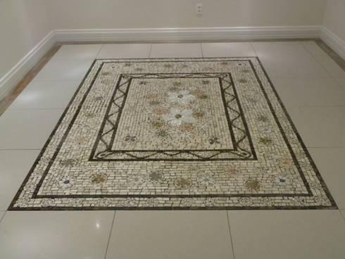 Pisos em mosaico – Mandalas em mosaico para pisos e paredes: Corredor, vestíbulo e escadas  por Mosaico Leonardo Posenato