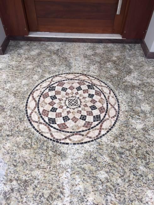 Pisos em mosaico – Mandalas em mosaico para pisos e paredes: Casa  por Mosaico Leonardo Posenato