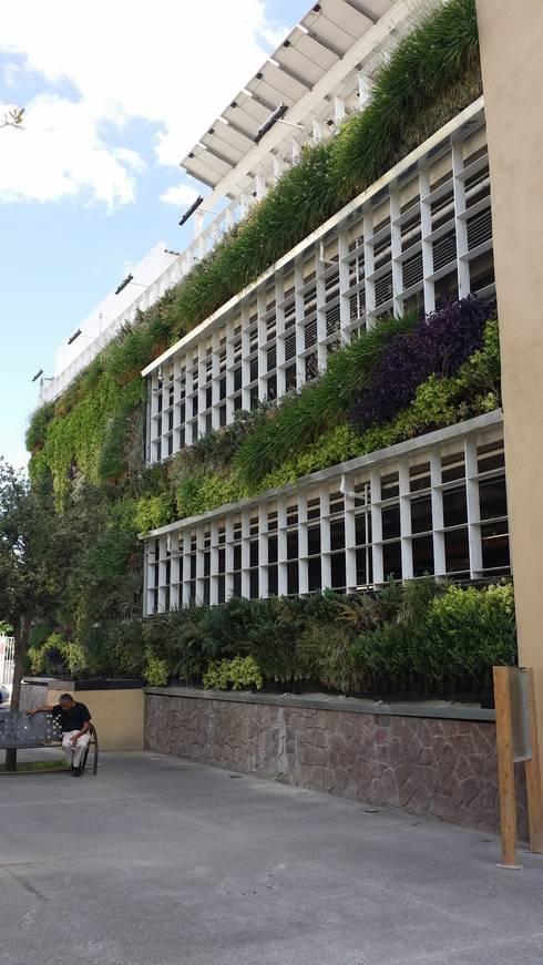 Estacionamiento Ecológico Pensiones Civiles del Estado de Chihuahua: Clínicas / Consultorios Médicos de estilo  por MuchoVerde.mx
