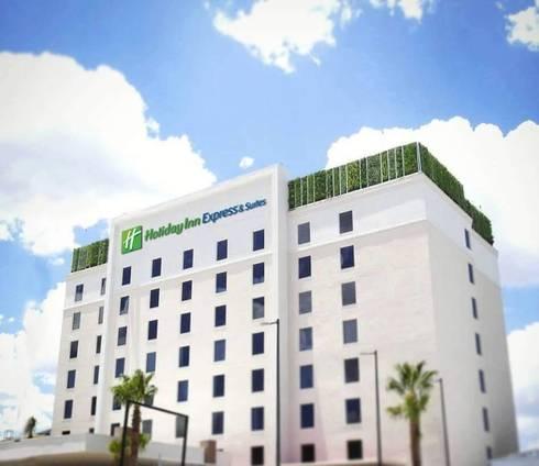 jardines verticales Hotel Holiday Inn Express and Suites Chihuahua México: Jardines de estilo moderno por MuchoVerde.mx