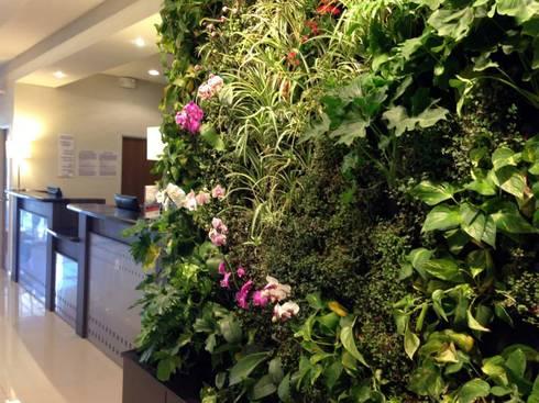 Jardines Verticales Interiores : Pasillos y recibidores de estilo  por MuchoVerde.mx