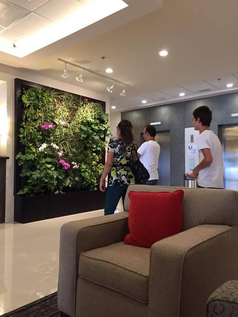 Jardín Vertical Lobby Holiday Inn: Pasillos y recibidores de estilo  por MuchoVerde.mx