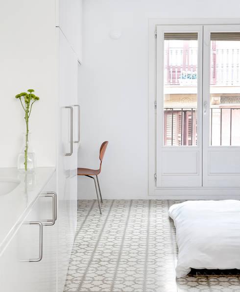Reforma de vivienda en el barrio del Raval de Barcelona: Dormitorios de estilo  de manrique planas arquitectes