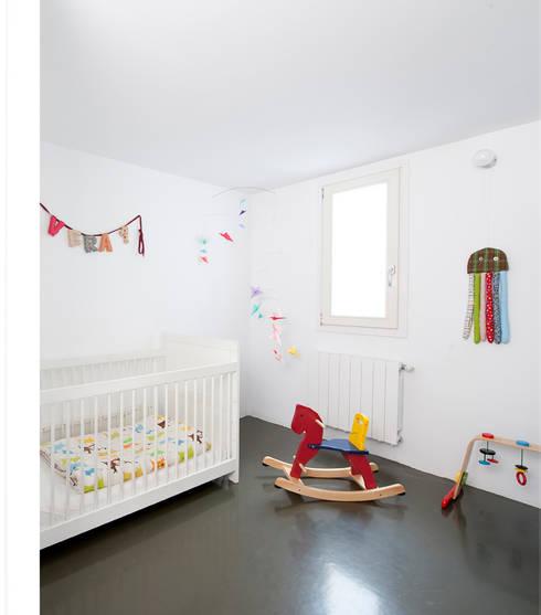 Reforma de vivienda en el barrio del Raval de Barcelona: Dormitorios infantiles de estilo  de manrique planas arquitectes