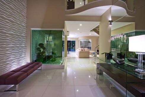Casa São bernardo do Campo: Salas de jantar modernas por Leila Libardi