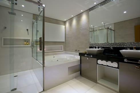 Casa São bernardo do Campo: Banheiros modernos por Leila Libardi