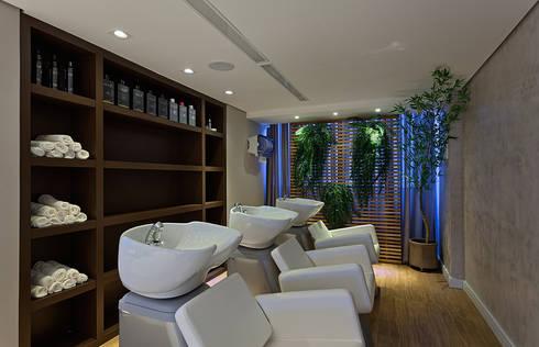 Lavatórios do Salão de beleza: Espaços comerciais  por Mariana Borges e Thaysa Godoy